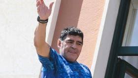 Maradona saluda a los napolitanos desde un balcón, este martes