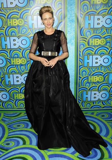 Vera Farmiga, actriz de la serie Bates Motel, muy elegante con un vestido negro de falda muy amplia con cola. ¿El detalle? Un cinturón dorado para cortar tanta sobriedad. Foto: AP/EFE/Reuters