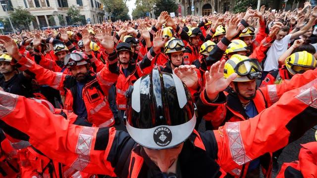Bomberos participan de la huelga general contra el accionar de la policía durante las votaciones. Foto: Reuters / Yves Herman