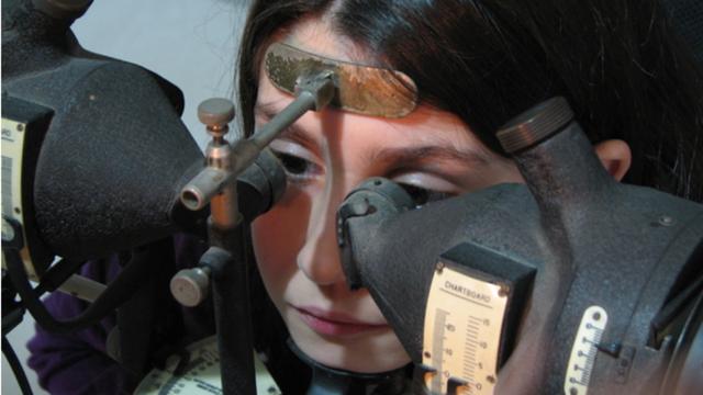 Paciente tonificando los músculos extraoculares mediante el uso de un sinoptóforo con el fin de sostener una imagen simple mientras trabaja o estudia