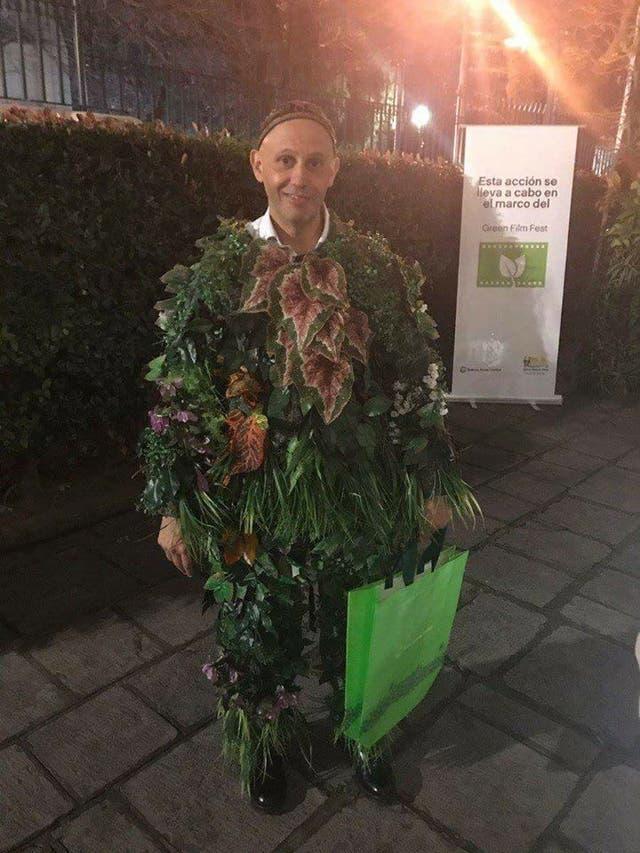 El ministro de Ambiente y Desarrollo Sustentable de la Nación, Sergio Bergman, disfrazado de planta