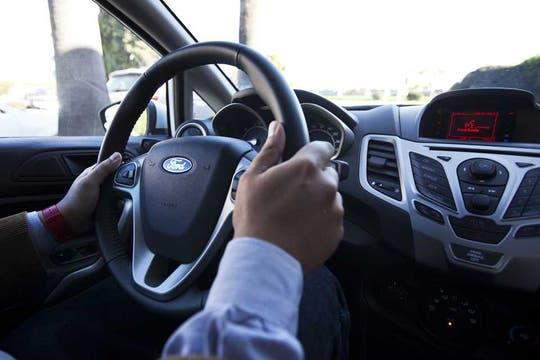 El sistema Sync de Ford funciona tanto de forma inalámbrica vía BlueTooth como mediante un cable USB. Foto: LA NACION / Sebastián Rodeiro