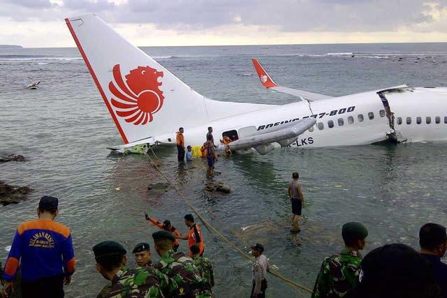 Una vista del accidente aéreo en Indonesia el pasado abril