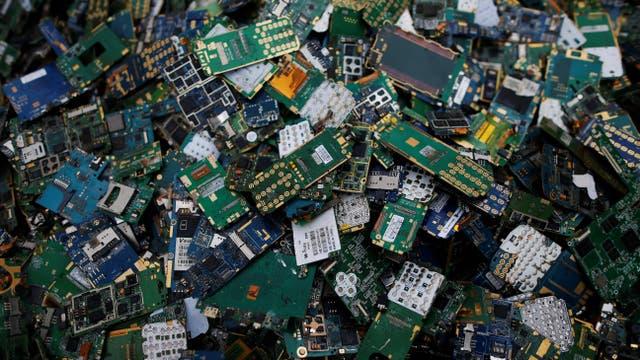 Una montaña de partes de celulares en un centro de reciclado de basura electrónica en Le Havre, Francia