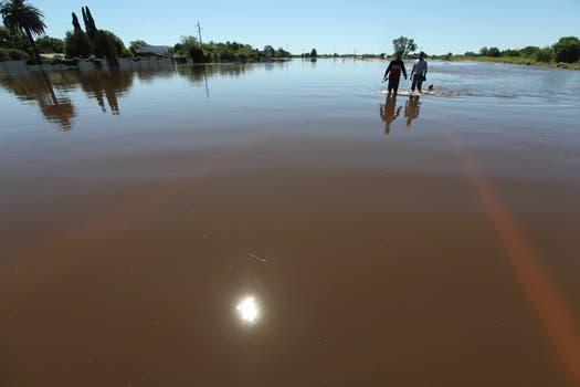 Las rutas tapadas por el agua y la caída de un puente han dejado aisladas a algunas localidades. Foto: LA NACION / Ricardo Pristupluk