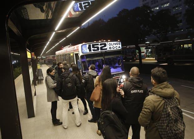 Pasajeros de la línea 152, listos para su primer viaje en el Metrobus del Bajo