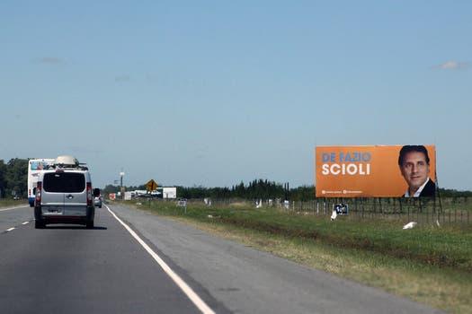 Los carteles naranjas y con el apellido Scioli incluyen otros nombres, como el del senador provincial Alberto Di Fazio. Foto: LA NACION / Matías Aimar