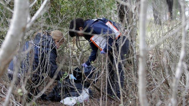 La policía realiza peritajes en la zona donde encontraron al niño
