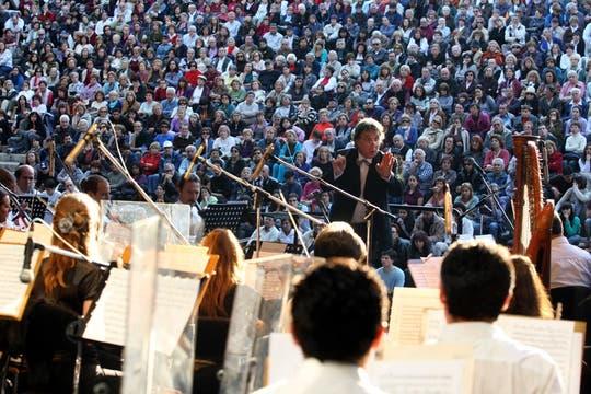 El Director y su Orquesta ante un auditorio de dos mil personas en el Parque Centenario. Foto: LA NACION / Mariana Araujo