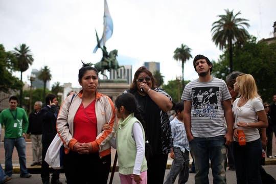 El llanto de la gente acompañó las primeras horas luego de la noticia. Foto: LA NACION / Silvana Colombo