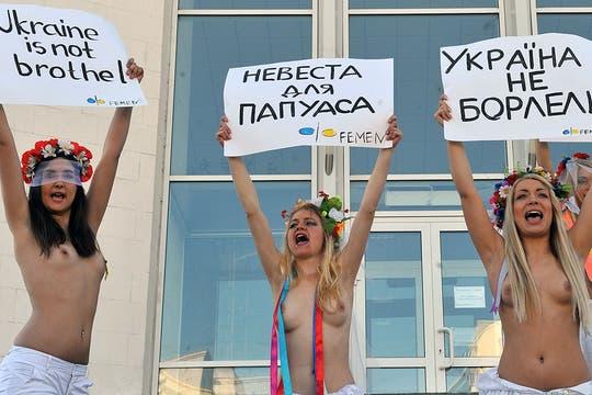 En Ucrania, un grupo de activistas protestó mostrando sus partes íntimas contra un particular sorteo en Nueva Zelanda. Foto: AFP