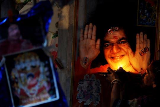La imagen de Sai Baba en un altar realizado a su nombre. Foto: AFP