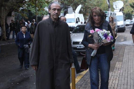 La llegada de Magdalena Ruiz Guiñazú al velorio del escritor en el Club Defensores de Santos Lugares. Foto: LA NACION / Soledad Aznares