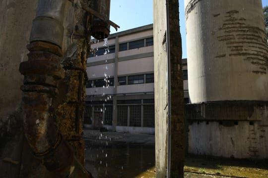 Un caño roto, una fuente de infección en uno de los patios. Foto: lanacion.com / Guadalupe Aizaga