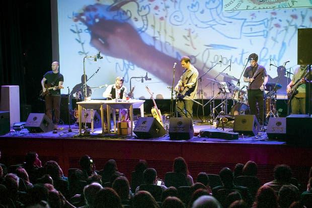Kevin Johansen, su grupo y el dibujante Liniers, durante el espectáculo ofrecido ayer
