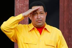 En su cumpleaños 57, Chavez saludó desde el balcón con un nuevo atuendo