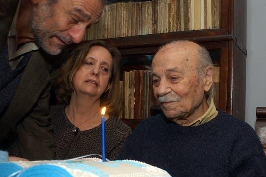 Sabato celebrando sus 93 años junto a Elvira y su hijo Mario. Foto: Archivo