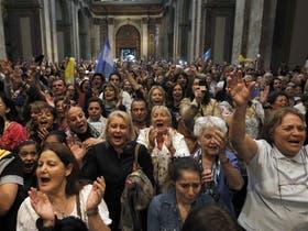 La Catedral estuvo colmada de fieles que, emocionados, siguieron la misa en honor al nuevo papa argentino
