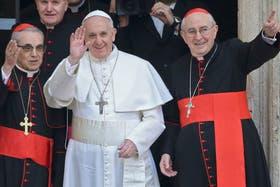 El papa Francisco, ayer, al salir de la basílica Santa María la Mayor, rodeado por cardenales