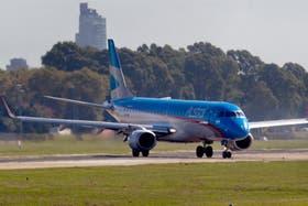 Los aviones Embraer, pintados con los colores de Austral