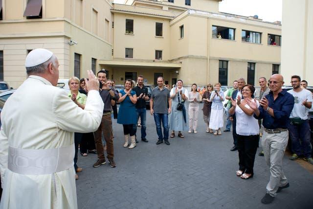 El Papa Francisco visitó a obreros del Vaticano
