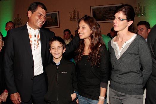 Correa, junto a dos de sus tres hijos, Rafael y Anne Dominique, y junto a su mujer, Anne, el año pasado. Foto: Archivo