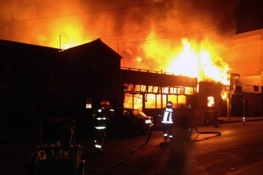 Los bomberos tratan de apagar un incendio en un restaurante, causado por el terremoto. Foto: AFP