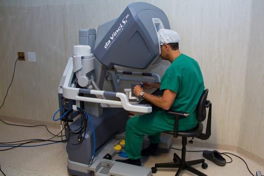 El cirujano se ubica en la consola de operaciones y comienza a manejar los joysticks y pedales. Foto: LA NACION / Sebastián Rodeiro