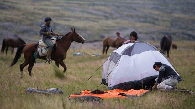 El campamento se desarma para seguir con la travesía. Foto: LA NACION / Diego Lima