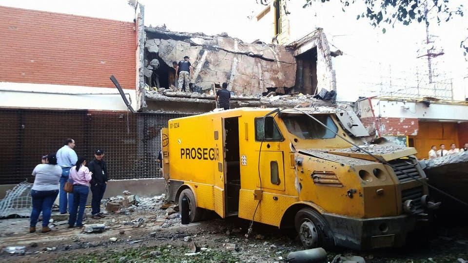 Espectacular golpe comando en Ciudad de Este: tomaron la ciudad y se robaron 40 millones de dólares, eran cerca de 30 ladrones, incendiaron autos e hicieron estallar la bóveda de la empresa Prosegur. Foto: Télam