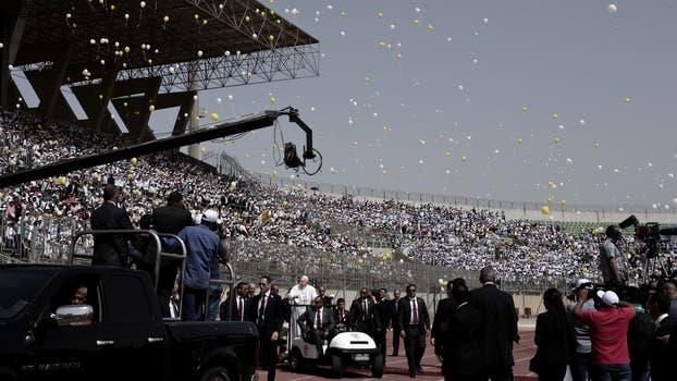 Cuando Francisco estaba en el medio del estadio se soltaron globos amarillos y blancos, los colores vaticanos . Foto: AP / Nariman El-Mofty