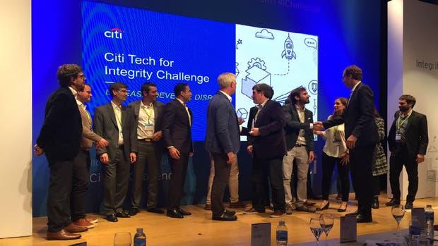 Signatura, los ganadores de la hackatón, reciben su premio