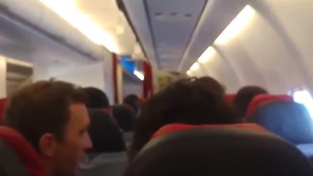 Un motor estropeado hace que un avión tiemble como una lavadora (vídeos)