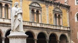 """El poeta Dante Alighieri escribió """"La Divina Comedia"""" en su dialecto nativo toscano, en vez de en latín."""