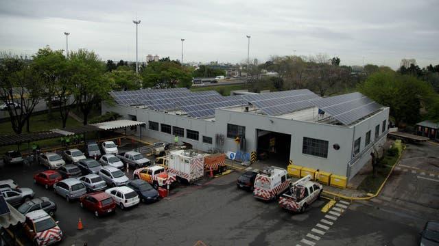 Los paneles solares se instalan sobre galpones cercanos a las cabinas de peaje para alimentarlas con energía
