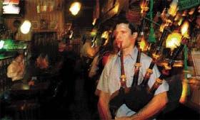Brian Barthe sopla la gaita irlandesa de guerra en Down Town Matías, el más antiguo de los irish pubs de Buenos Aires