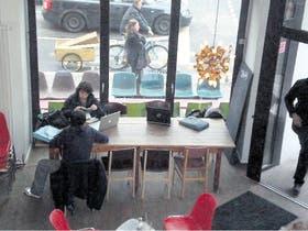 Una escena muy frecuente en los cafés de Berlín: jóvenes que utilizan sus computadoras para trabajar allí