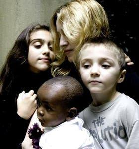 Lazos. Madonna y sus hijos Lourdes, Rocco y David Banda