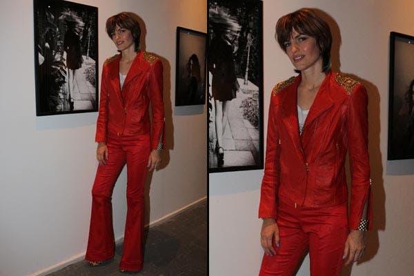 Daniela Urzi estuvo en la presentación de REBELArte con un total look de blazer y pantalón Oxford en rojo furioso. ¿Te animás?. Foto: Gentileza Marisa Koifman