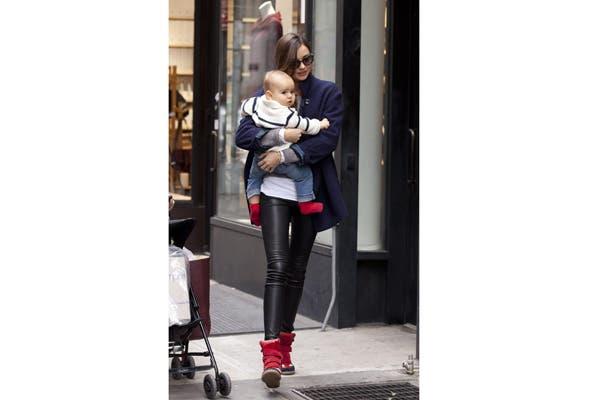 Miranda Kerr de paseo con sus zapatillas con plataformas. Foto: blogs.glamour.es
