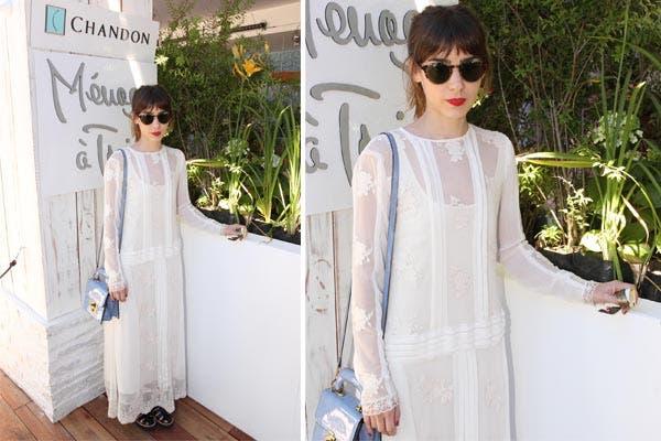 Paula Reca también estaba invitada al almuerzo y optó por un vestido blanco con transparencias, carterita charolada y labios en rojo. ¿Qué tal?. Foto: Mass PR
