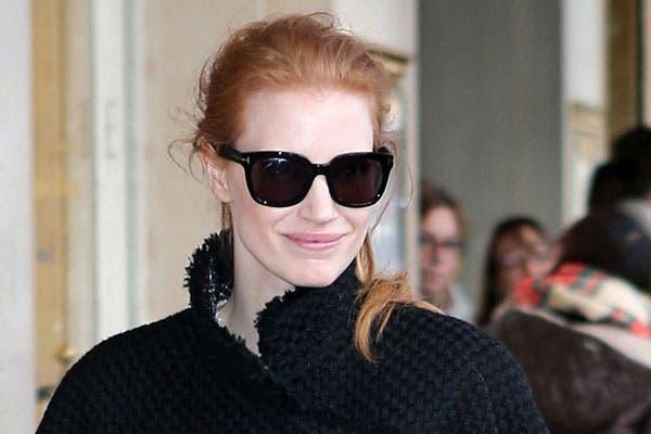 Jessica Chastain se peinó con el pelo hacia atrás, con una cola de caballo. De cerca, se nota el frizz y algunas mechas sueltas. Foto: Thetrenddiaries.com