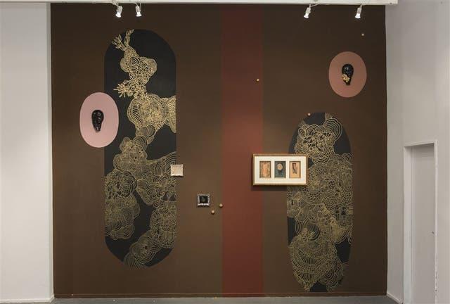 Años 80. A fines de esa década, Carolina Antoniadis integra el Grupo de la X y obtiene importantes premios; para esta muestra, realizó un mural que incluye obra previa