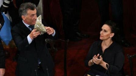 La diputada Britez interrumpió ayer el discurso de Macri para darle un paquete de yerba