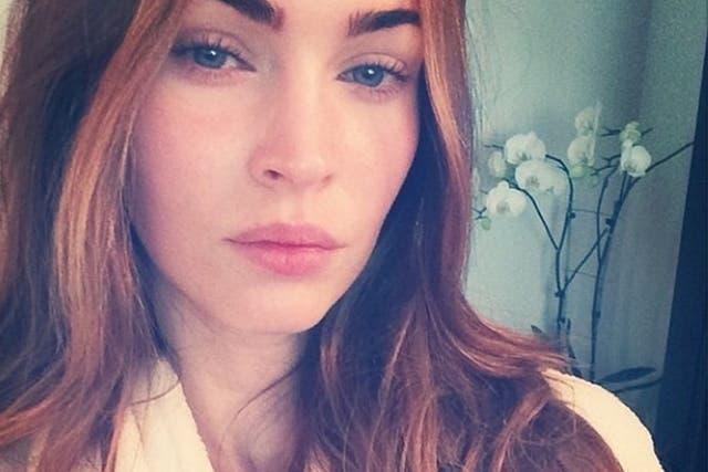 Hace unos años, Megan Fox subió esta selfie sin maquillaje. Súper natural, ¿no? Se puede lograr lo mismo corrigiendo, iluminando y definiendo.