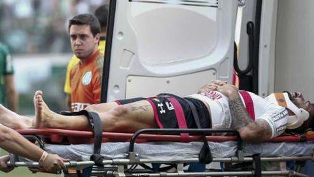 Lucas Pratto quedó inconsciente tras un golpe y fue trasladado al hospital