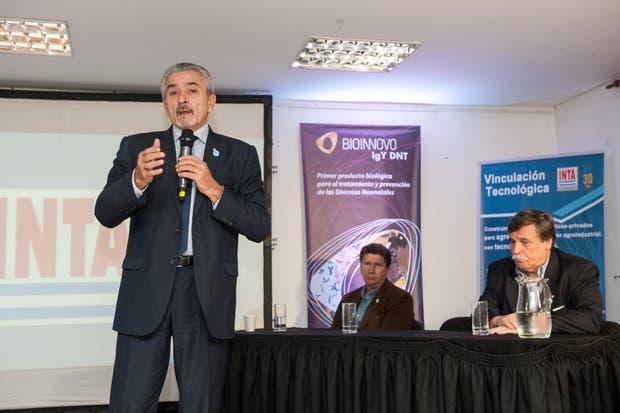 Amadeo Nicora, presidente del INTA, en la presentación de Bioinnovo; atrás, Sammartino y Espina