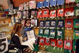 Karina Rojas dedicó parte de la tarde de ayer a comprar los útiles para su hija Camila