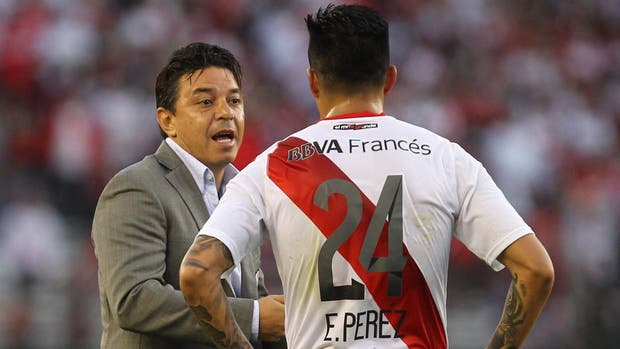 Gallardo le da instrucciones a Enzo Pérez