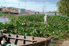 La estatua del Conquistador, asediada por el agua